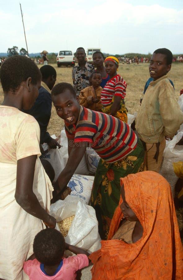 Les gens recevant des approvisionnements alimentaires au Burundi images stock