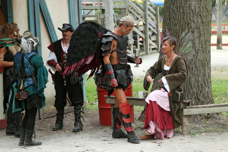Les gens rectifiés dans des costumes médiévaux photos stock