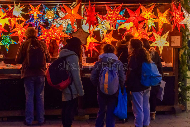 Les gens regardant des décorations d'étoile de Noël photo stock