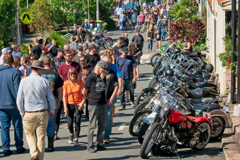 Les gens regardant Harley Davidson Motorcycles une exposition de voiture et de vélo photos stock