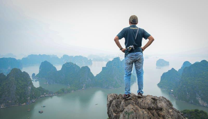 Les gens regardant la baie long d'ha, Vietnam photographie stock libre de droits