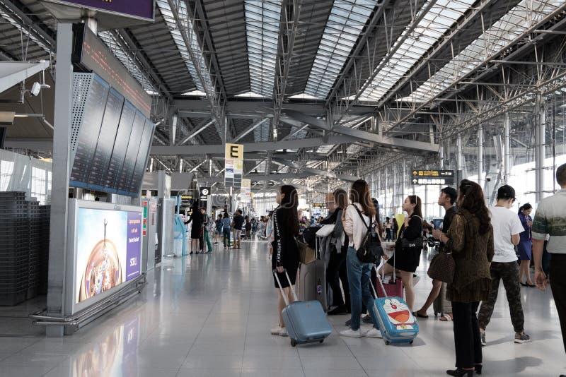 Les gens regardant le panneau d'affichage de vol l'aéroport de Suvarnabhumi images libres de droits
