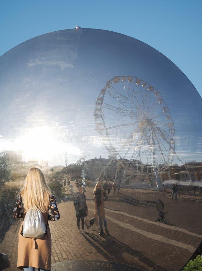 Les gens regardent la réflexion sur Gy?r Cityscape photographie stock