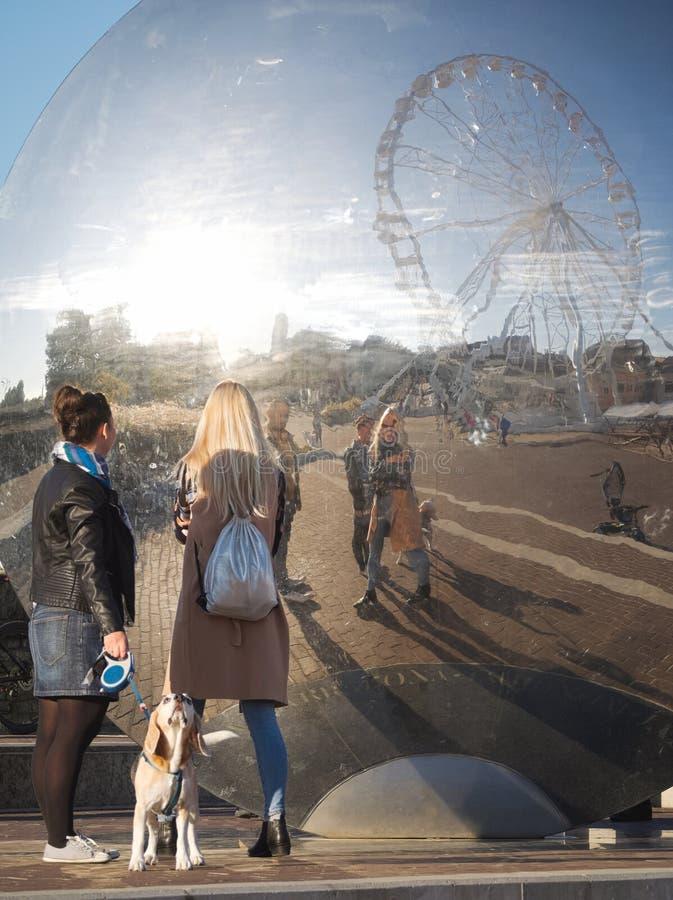 Les gens regardent la réflexion sur Gy?r Cityscape images libres de droits