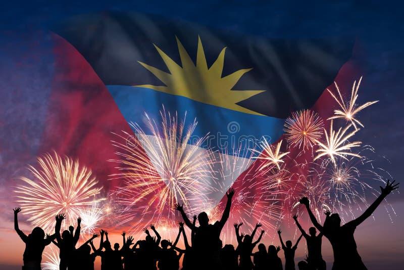 Les gens regardent sur les feux d'artifice et le drapeau de l'Antigua-et-Barbuda illustration de vecteur
