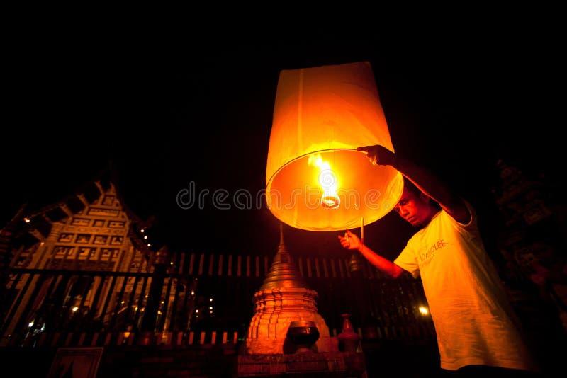 Les gens relâchent des lanternes de ciel pendant les célébrations d'an neuf photos libres de droits