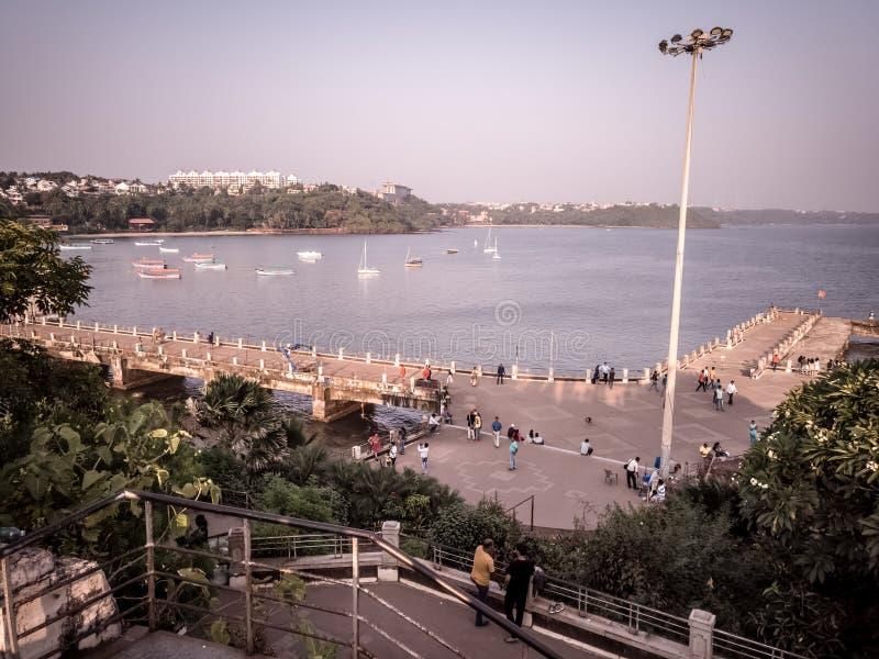 Les gens remplissant dans la jetée de bord de la mer avec la vue supérieure images stock