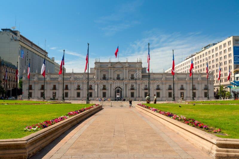 Les gens rendent visite à Palacio de la Moneda à Santiago, Chili photo stock