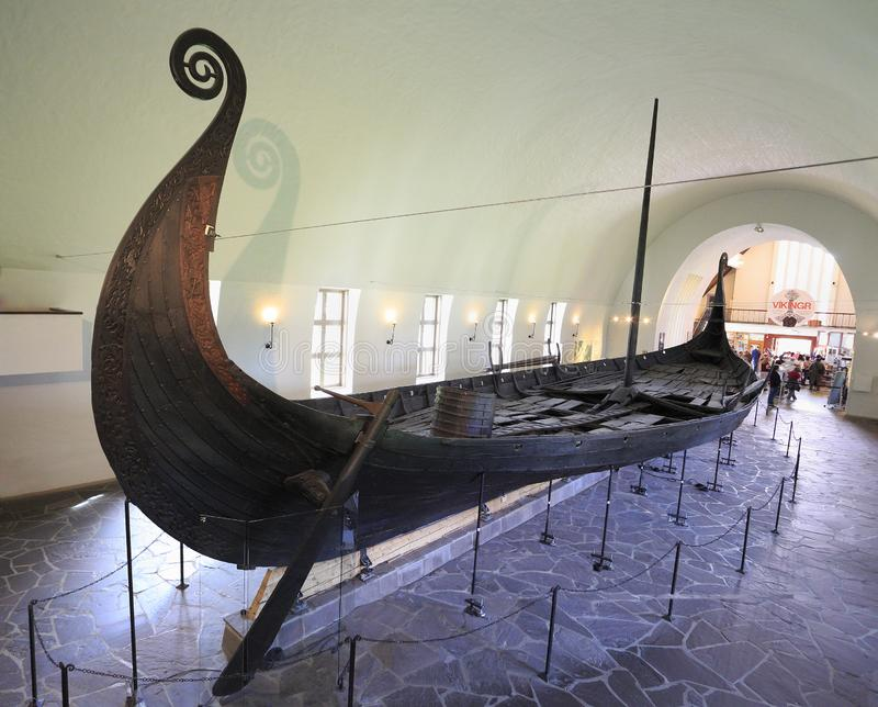 Les gens rendent visite à Viking Ship Museum à Oslo Norvège image stock