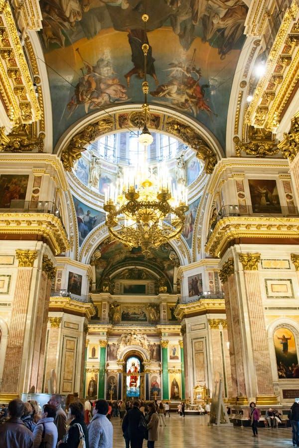 Les gens rendent visite au saint Isaac Cathedral, St Petersburg, Russie image libre de droits