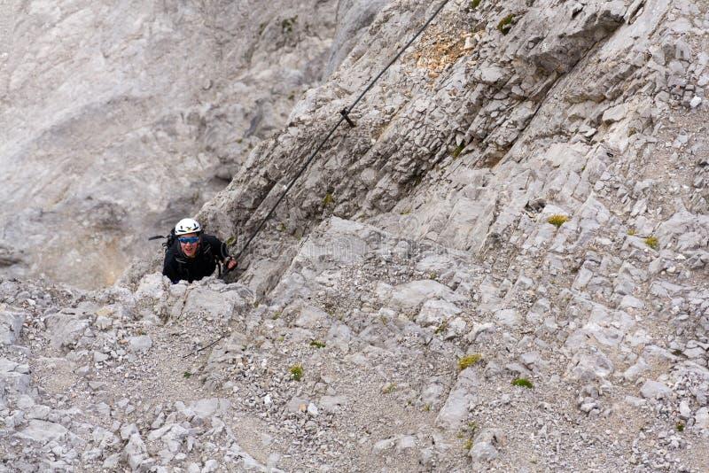 Les gens s'élevant dessus par l'intermédiaire du ferrata au glacier de Dachstein le 17 août 2017 à Ramsau AM Dachstein, Autriche photos libres de droits