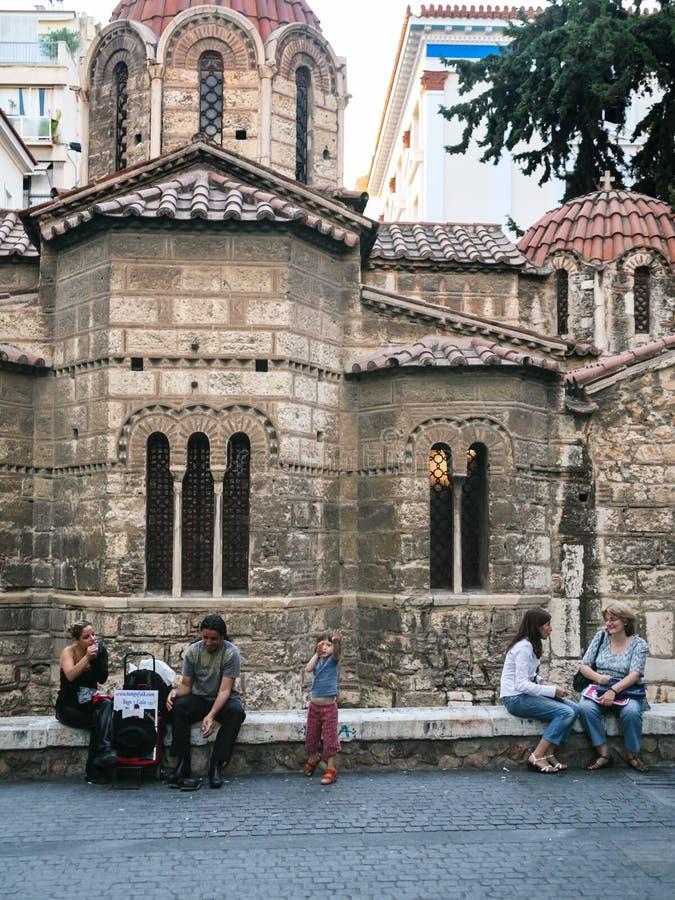 Les gens s'approchent de l'église Panagia Kapnikarea à Athènes image libre de droits