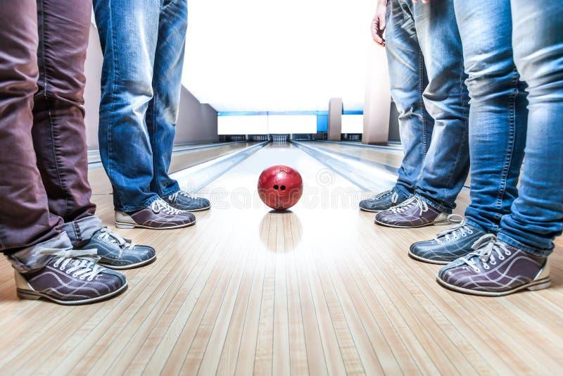 Les gens s'approchent de la boule de bowling photos stock
