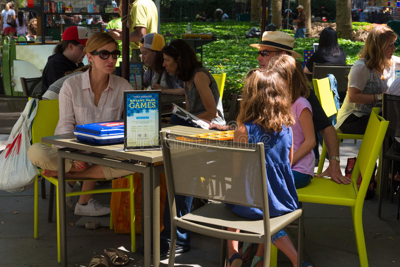 Les gens s'asseyant autour de Bryant Park Game Tables photo libre de droits