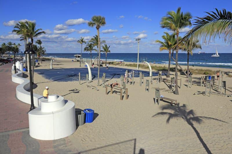 Les gens s'exerçant à la plage photographie stock libre de droits