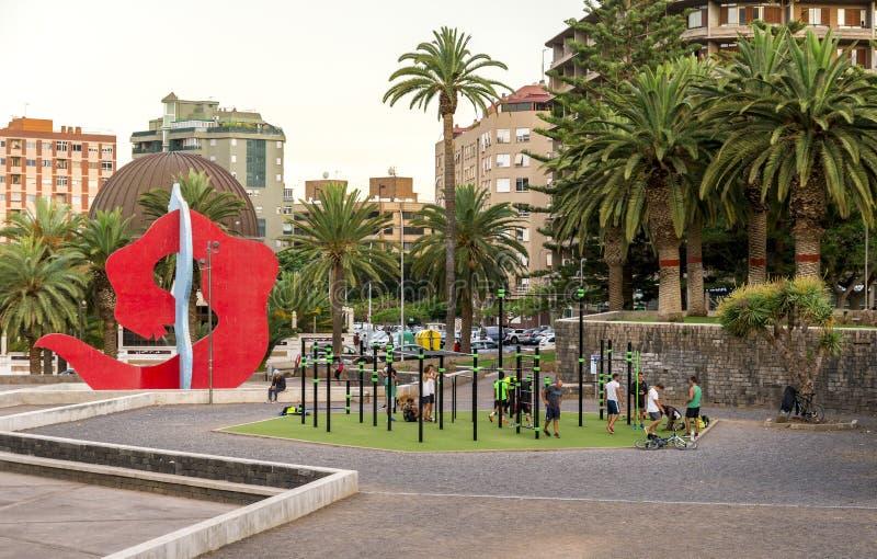 Les gens s'exercent au gymnase extérieur en parc de Granja de La, Santa Cruz de Tenerife, Îles Canaries, Espagne photo libre de droits
