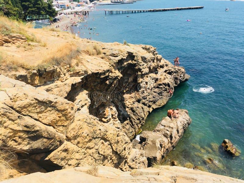 Les gens sautant de la falaise photos libres de droits