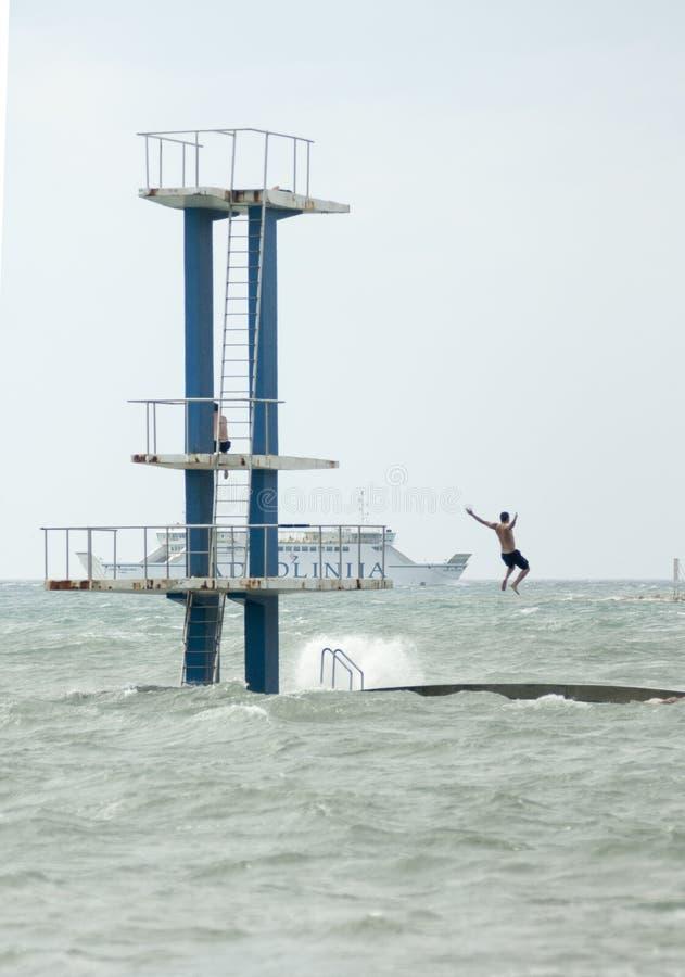 Les gens sautent avec eux la mer saute image stock