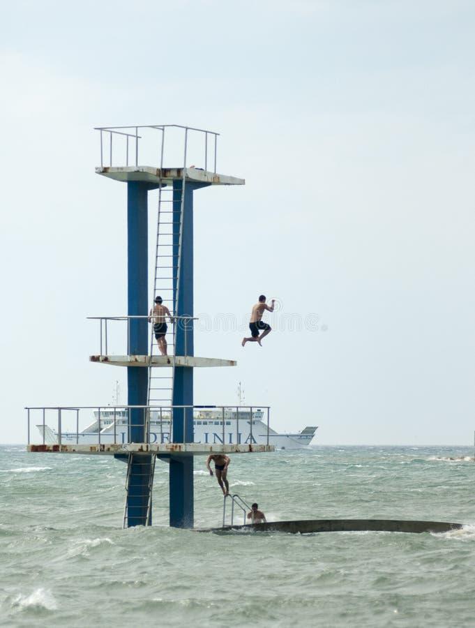 Les gens sautent avec eux la mer saute photo libre de droits