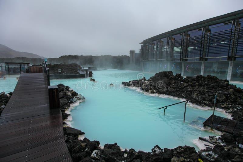 Les gens se baignant dans la lagune bleue en Islande photo stock