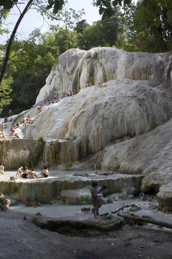 Les gens se baignant en Bagni San Filippo images stock