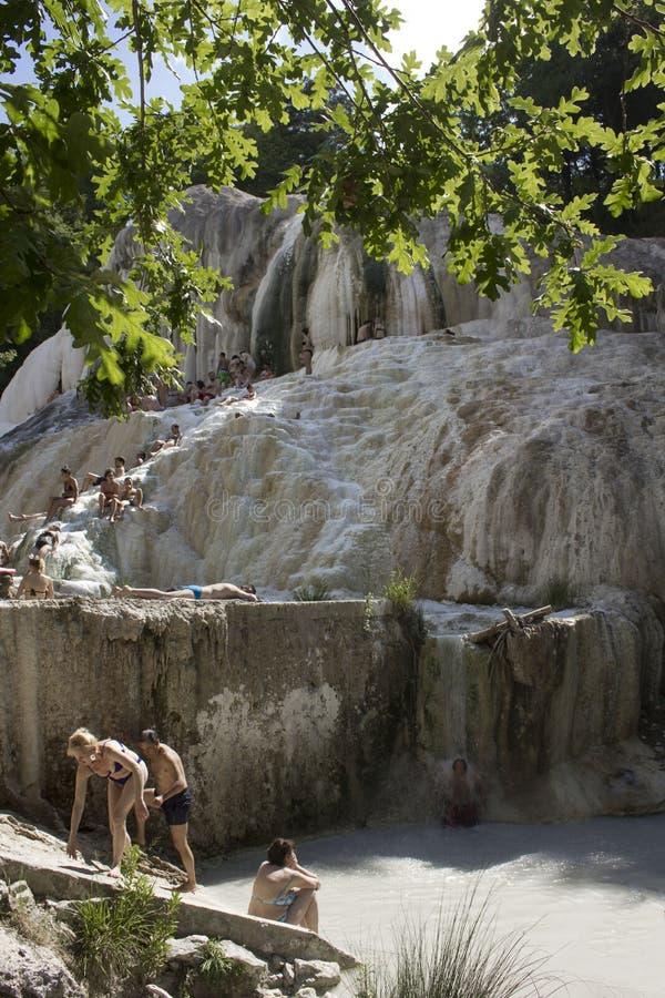 Les gens se baignant en Bagni San Filippo images libres de droits