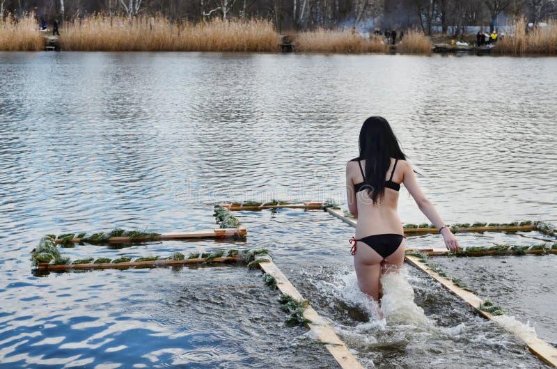 Les gens se baignent en rivière en hiver images stock