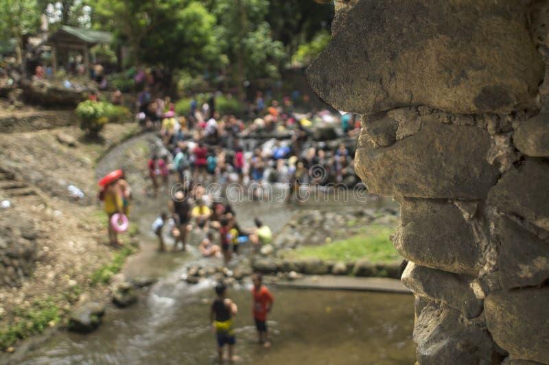 Les gens se baignent en rivière froide et propre d'eau de source de montagne rocheuse blurs images stock