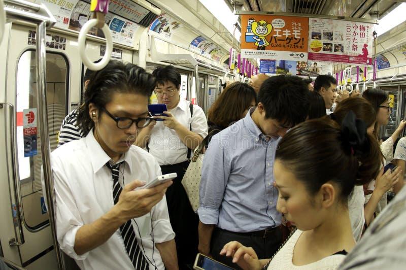 Les gens se concentrant sur leurs dispositifs photos stock