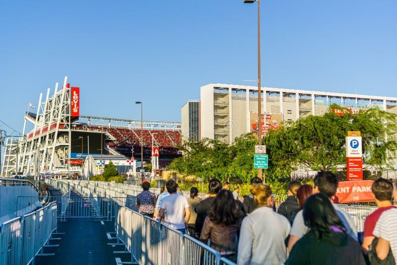 Les gens se dirigeant vers l'entrée au stade du ` s de Lévi photos stock