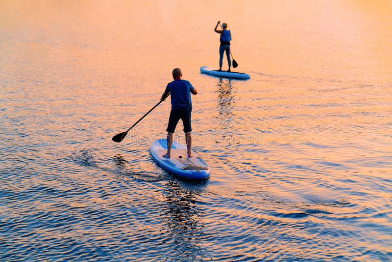 Les gens se levant sur le bateau de palette sur le lac Trakai Galve image libre de droits