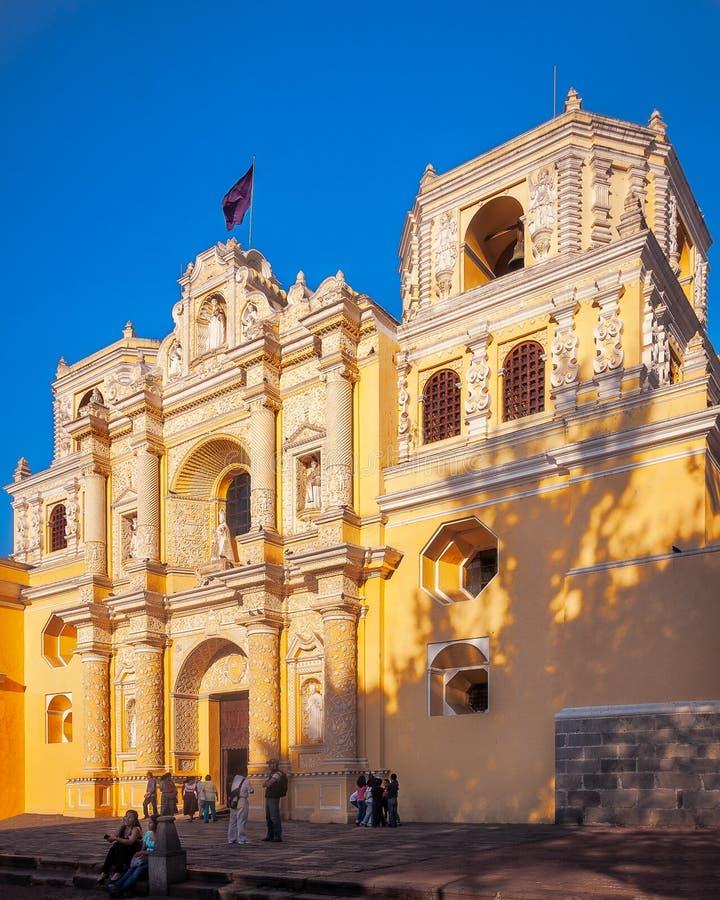 Les gens se réunissent devant l'église de Merced de La à l'Antigua, Guatemala photographie stock