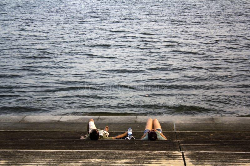 Les gens se refroidissent à la rivière sur un des jours d'été les plus chauds en Europe image libre de droits