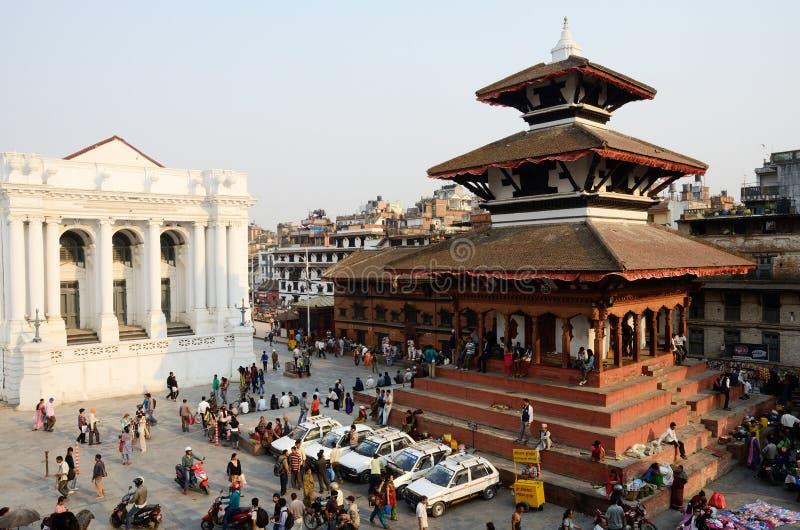 Les gens se reposant à la place de Durbar, Katmandou, Népal photo libre de droits