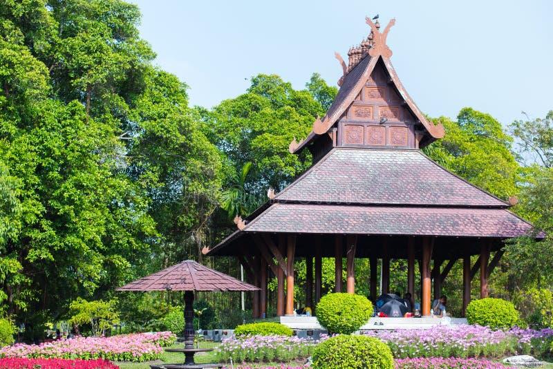 Les gens se reposent dans le pavillon en bois, style thaïlandais traditionnel photo stock