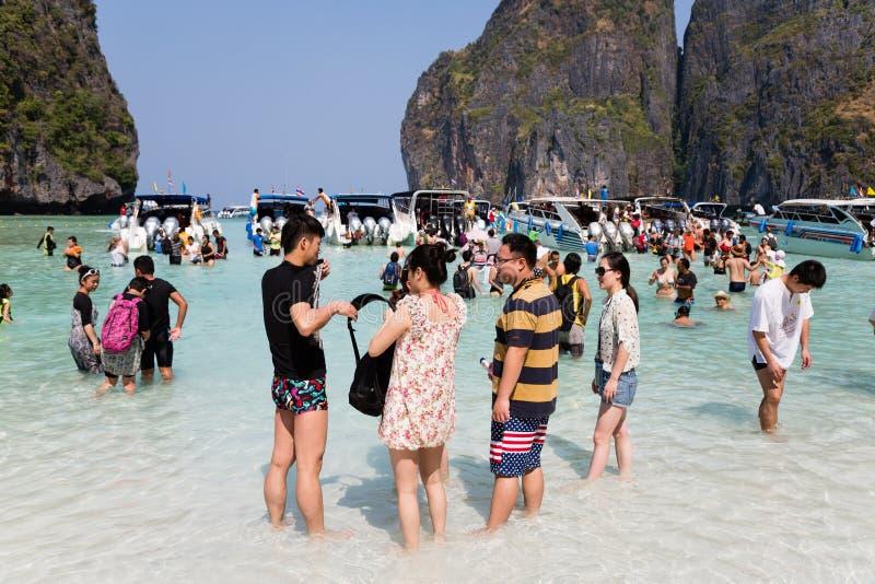 Les gens se reposent sur le célèbre sur l'île de Phi Phi Leh image libre de droits