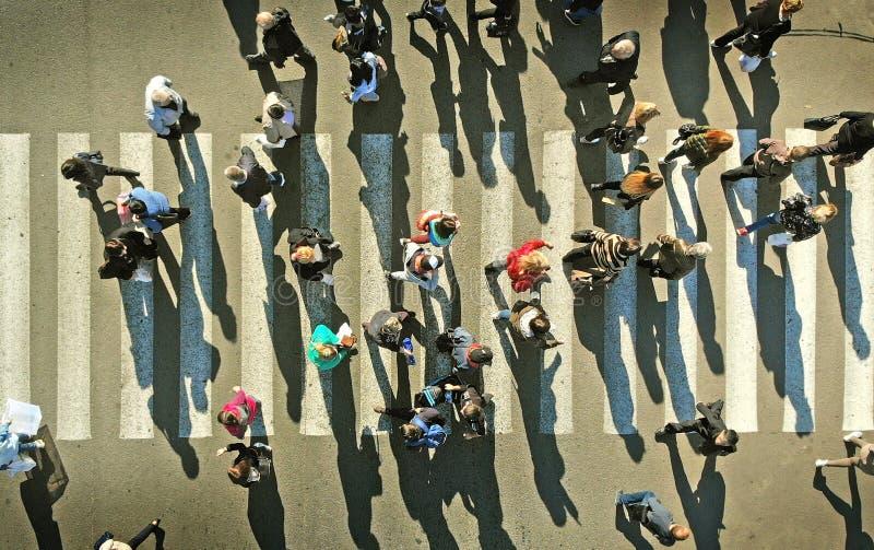 Les gens se serrent sur un passage piéton piétonnier aérien photos libres de droits