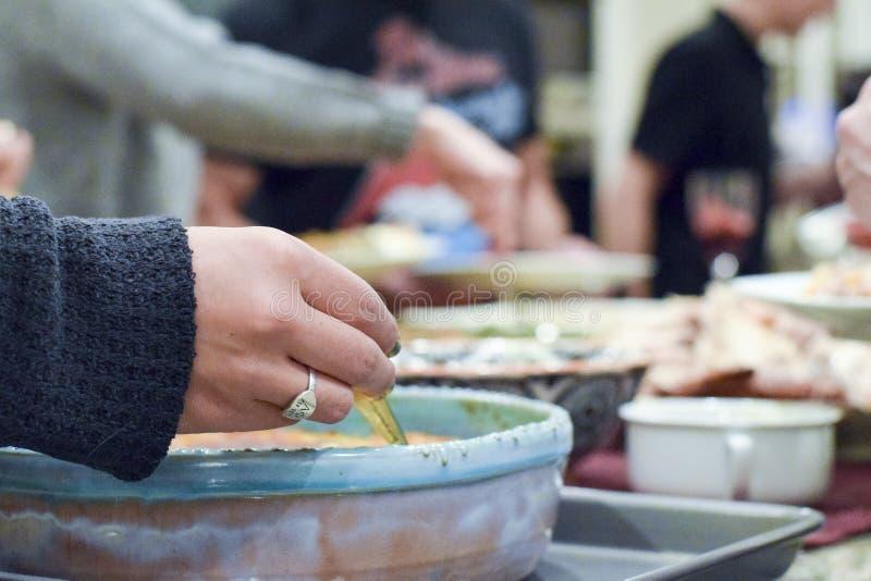 Les gens se servant le dîner de thanksgiving images libres de droits
