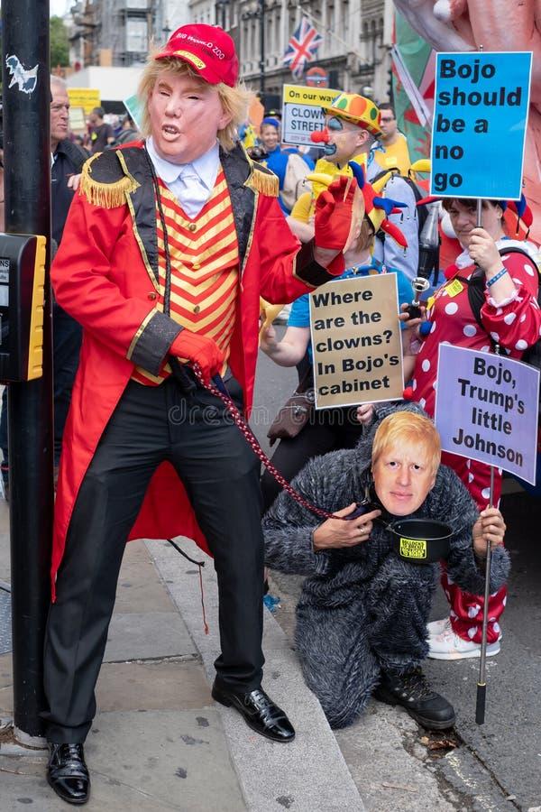 """Les gens se sont habillés comme atout et Boris Johnson """"mars à l'anti-Brexit démonstration pour changement """"à Londres R-U images stock"""