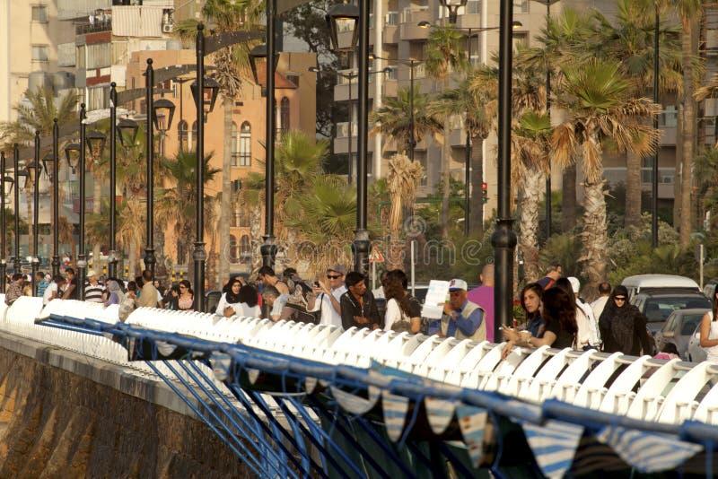 Les gens se sont tenus prêt le mur de bord de mer, Liban photographie stock
