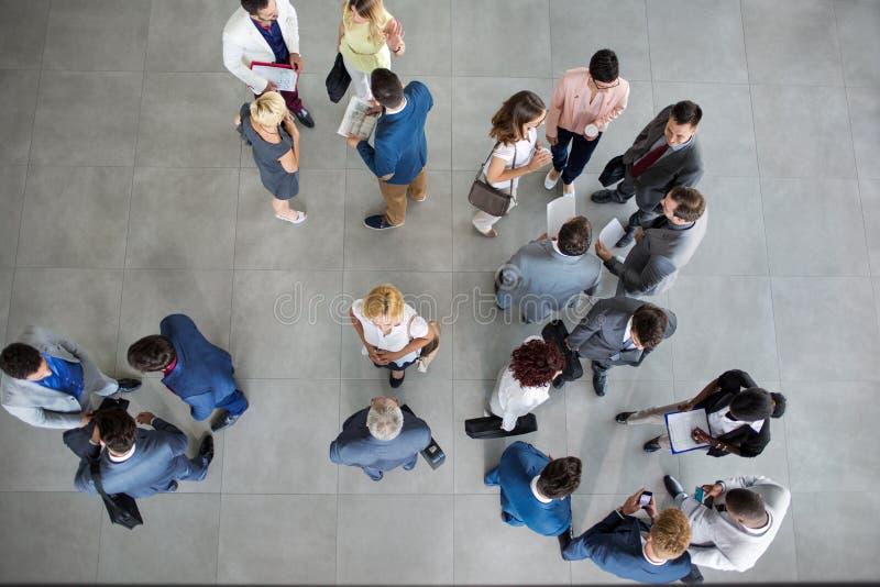 Les gens se tenant et parlant sur la réunion d'affaires photographie stock