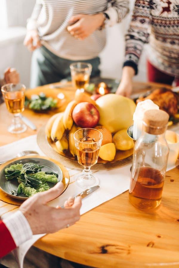 Les gens se tenant près de la table avec la nourriture images libres de droits