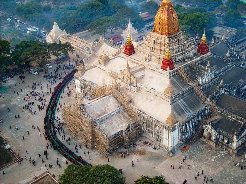 les gens se tiennent dans la ligne à un temple photo libre de droits