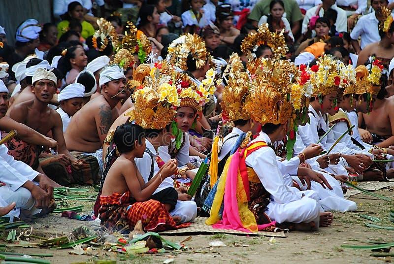 Les gens siiting pour le cérémonial de religion chez Bali photo libre de droits