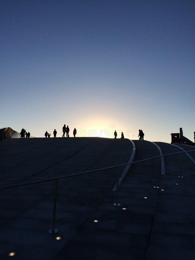 Les gens silhouettent au-dessus du musée de MAAT à Lisbonne images libres de droits