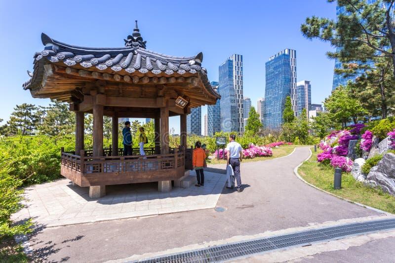 Les gens sont de touristes en été de la Corée au Central Park dans le secteur de Songdo, Incheon Corée du Sud images libres de droits