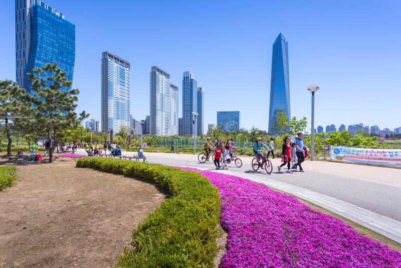 Les gens sont de touristes en été de la Corée au Central Park dans le secteur de Songdo, Incheon Corée du Sud photo stock