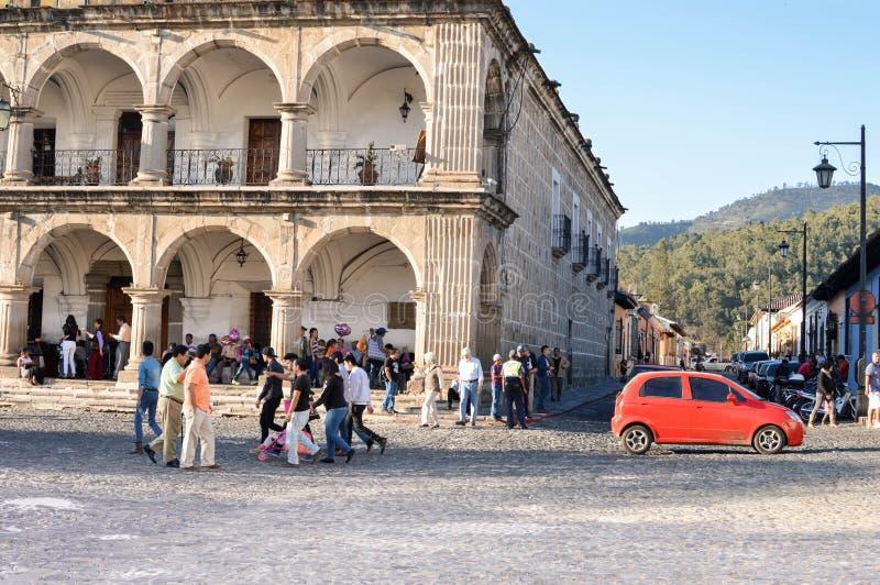 Les gens sont marche vue les routes de pierre de pavé par la plaza principale de l'Antigua, Guatemala l'Amérique Centrale images stock