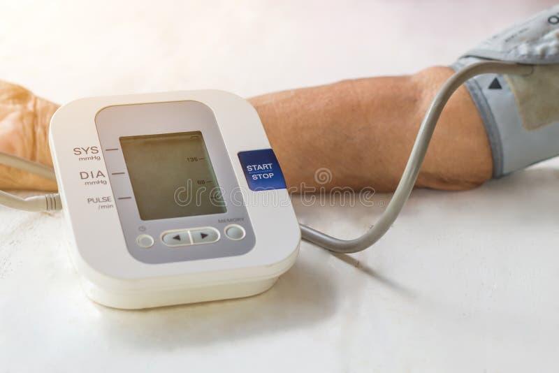 Les gens sont moniteur de tension artérielle de contrôle et moniteur W de fréquence cardiaque photos libres de droits