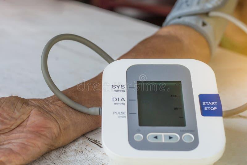 Les gens sont moniteur de tension artérielle de contrôle et moniteur W de fréquence cardiaque images stock